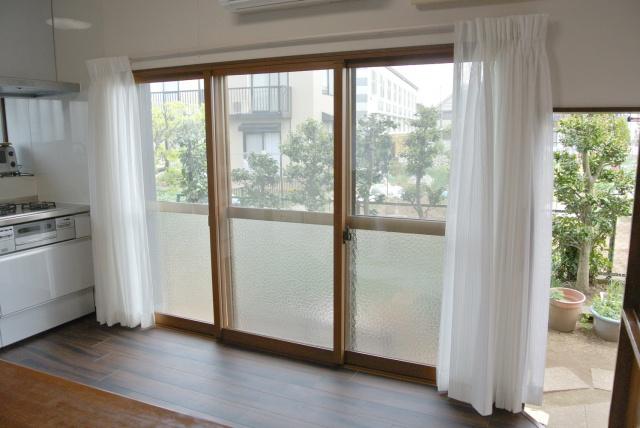 after:開放的なこの大きな窓も光を取り入れるのには最適ですが、冬はとても寒いというのが悩みでした。LIXILのインプラスを入れることで寒さも解消されました。