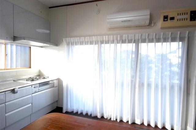 after:こちらは川島織物のレースカーテン。光を取り入れつつ、外からは見えにくいミラーレースカーテンです。