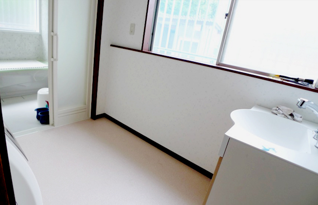 after:洗濯機を移動して入り口前にゆとりを。床暖房を入れて脱衣の際も足元からポカポカです。