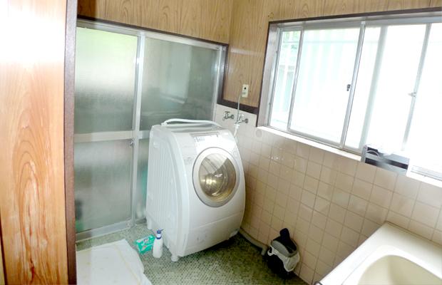 before:洗濯機が浴室の入り口前に置かれていました。