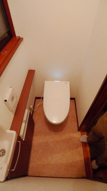 after:タンクレス節水型トイレに交換することで、使いやすい位置に手洗い器も設置できました。