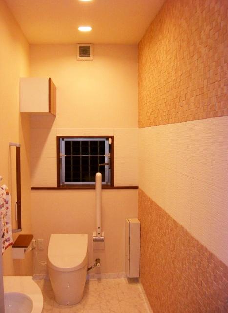 after:換気扇及びダウンライト照明は換気扇遅れスイッチと連動。右壁面は2種類のエコカラットでデザイン性と健康性(消臭・調湿脱VOC)を重視しました。