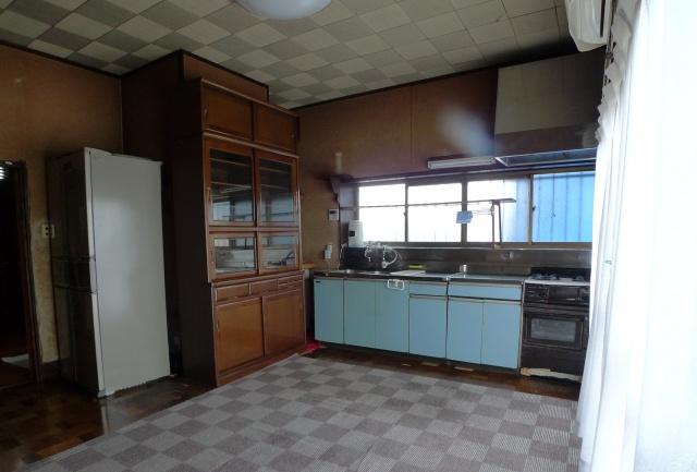 before:既存のキッチンは壁もブラウン色で暗い印象でした。