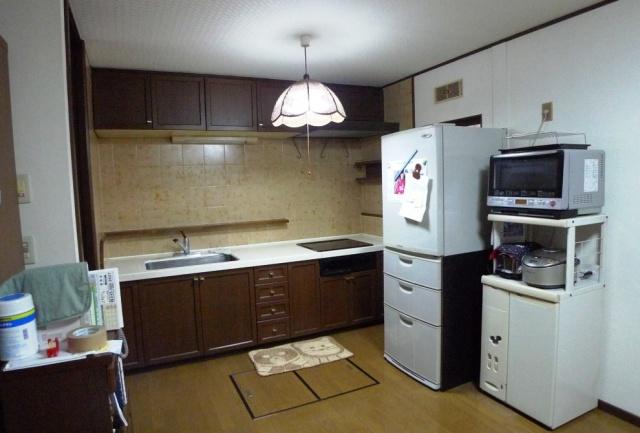 before:収納が十分でなかったI型のキッチン。ブラウンで印象も暗いイメージでした。