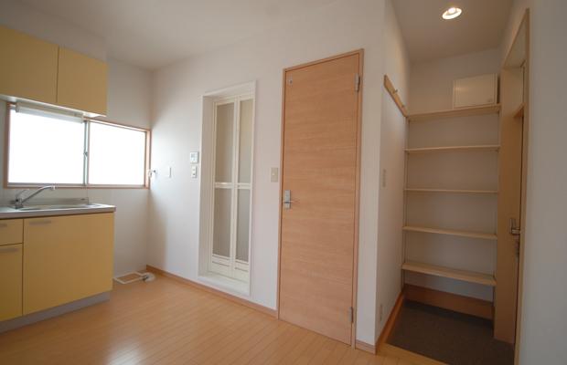玄関は狭いなりに便利に使えるようオープンの棚を設けました。