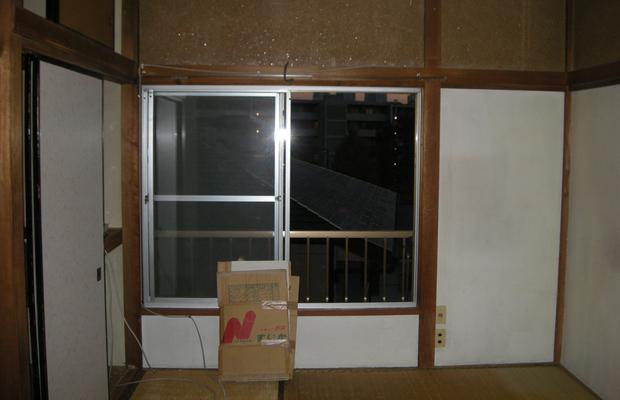 部屋のbeforeです。昔ながらの和室で床は畳、柱がみえて、壁は塗り壁でした。