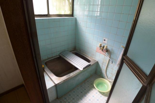 Before:以前の浴室は浴槽が狭く、冷たい印象のするタイルとステンレス浴槽でした。タイルの目地のカビも気になっていました。