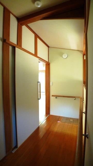 After:廊下からの入り口には引き手を付けて、力を入れなくても扉が開くよう工夫しています。廊下は一続きに手摺りを付けました。