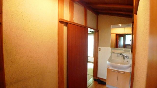 Before:廊下の引き戸は昔ながらの溝で重くなっていました。洗面があるのも入りづらい原因に。