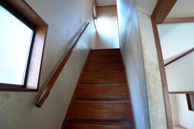 Before:階段は老朽と共に昇る都度のきしみが気になっていました。