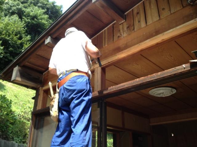 工事中:昔ながらの地元の大工さんに丁寧に作ってもらいました。