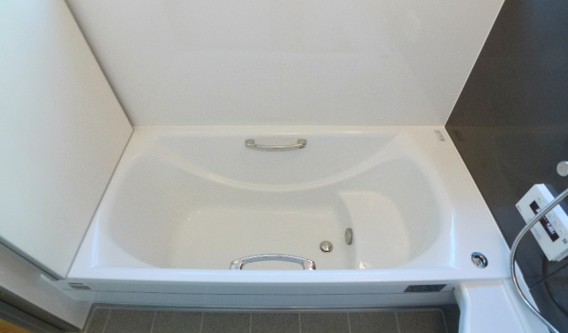 after:浴槽はお手入カンタンで耐久性に優れているアクリル人造大理石を選択。「パーフェクト保温」の高断熱浴槽ですから専用風呂フタとセットで4時間後でもお湯の温度が何と約2℃しか下がりません。