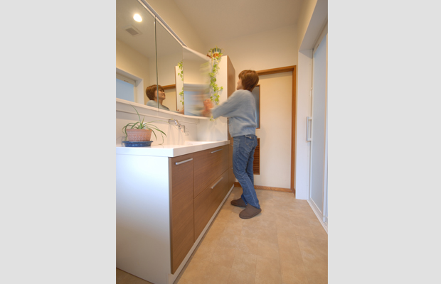 after:大きな3面鏡も、朝の忙しい時間には並んで支度ができ有効に活用できます。