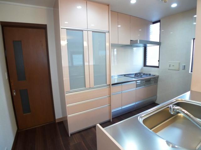 after:奥様お気に入りの淡いピンク(コスメベージュ)のキッチンで清潔感を演出。