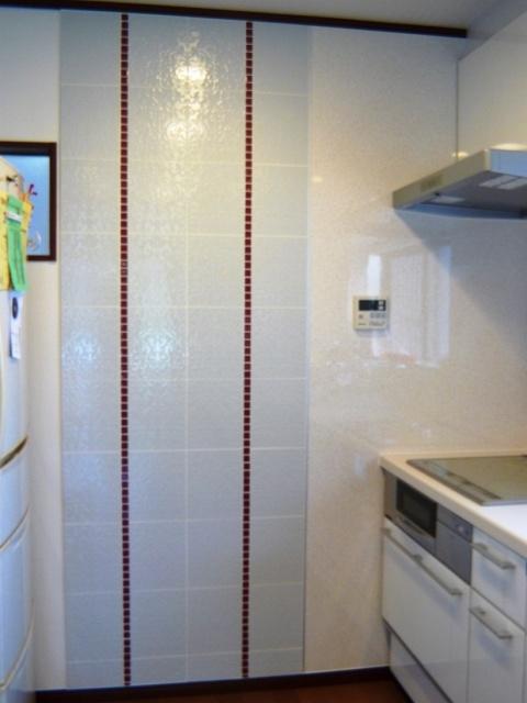 After:「白い壁に少しアクセントが欲しい」と言う奥様からのご要望でLIXIL(旧INAX)の「レースリー」のタイルをチョイス。赤いラインは名古屋モザイク工業の「アートモザイクタイル施釉」です。