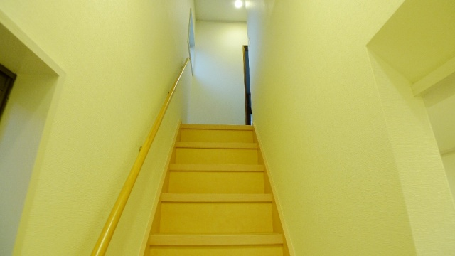 After:階段は構造材を補強してきしみ音もなくなりり、同時にクロスを張り替えたことで明るくなり以前より広く感じられます。