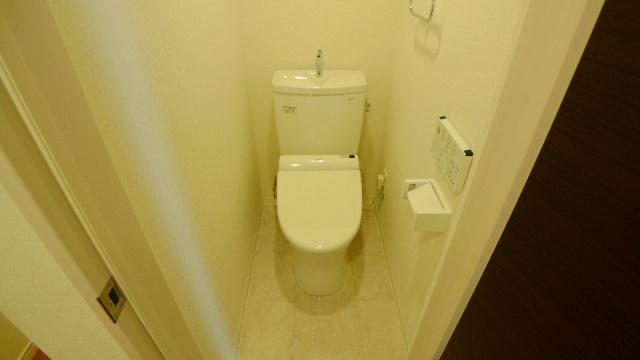 After:地下1階のトイレは「快適で清潔感のあるトイレを」とのY様のご要望受けて、TOTOピュアレストをセットでお勧しました。壁クロスは抗菌・汚れ防止タイプを採用。以前は暖房便座もなかったので「これからは冬場でも快適だ」と大変喜ばれていました。