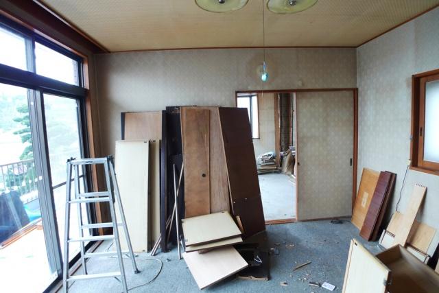 Before:写真では見づらいですがこちらが寝室に通じるリビング。以前は右側の引き違い戸から寝室へアクセスされていましたが今回はお客様の動線を考え思い切って左側に入り口を変更しました。