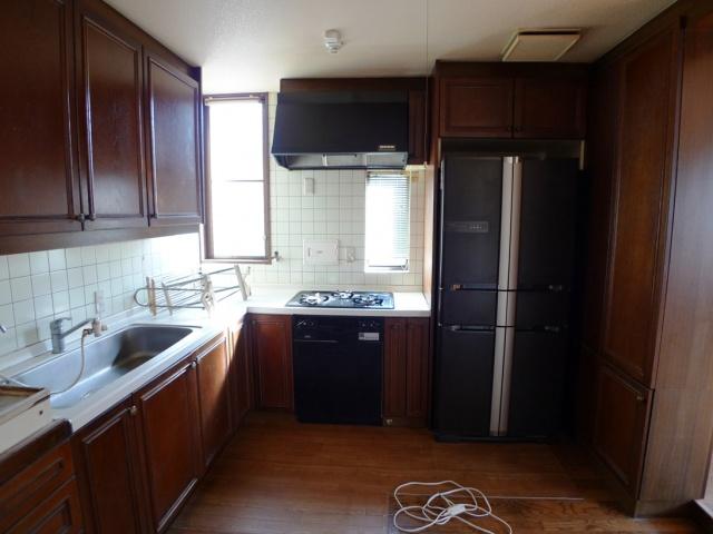 before:ダーク調の木製パネルのキッチンと独立しているキッチンスペースのせいか以前は暗く圧迫感があると感じておられました