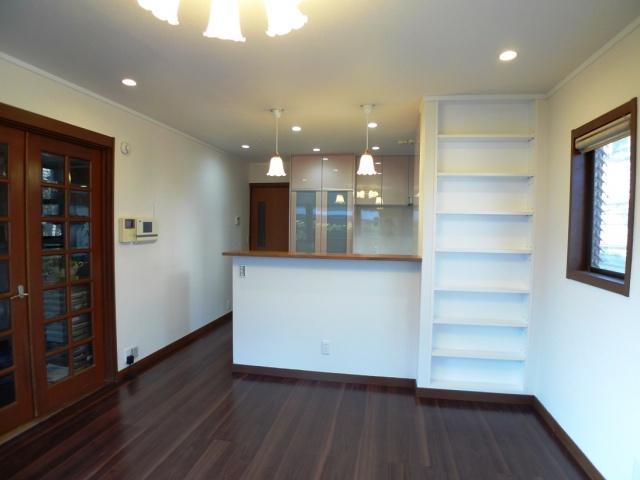 after:対面式キッチンにカウンターを設置しその脇に本棚も設置しました