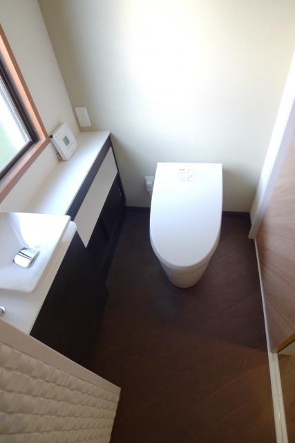 After:トイレも一緒にリフォーム。建具の木目デザインに合わせて床も斜めに張っています。