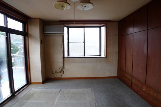 Before:以前は寝室のクロスや敷込みカーペットが経年 でかなり傷んだ状態でした。