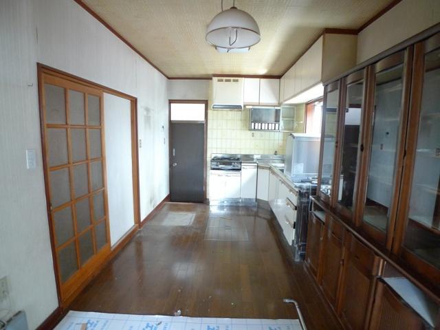 Before:以前は収納スペースが少なくほとんど使われていない勝手口に大きくスペースを取られていました。このキッチンをスッキリさせたというのが奥様の長年の夢でした。
