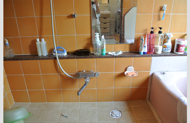 before:このタイル掃除がやっかいです。床のタイルも鏡面仕上げのためツルツルの滑って危険でした。