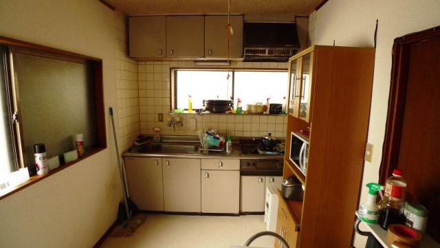 Before:以前のキッチンは老朽とタイル壁にこびり付いた油汚れでお掃除も大変とお悩みでした。