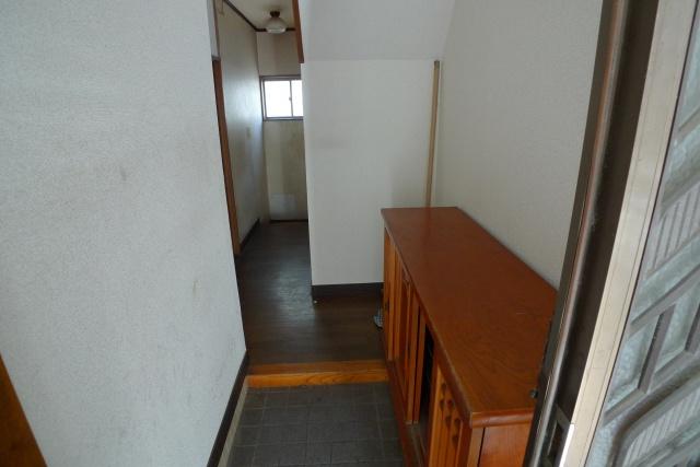 Before:ダイニングやキッチンがある1階には元々トイレがなく都度、上記写真にある地下1階のトイレを使用されているとのことでした。そこで写真の2階への階段下のデッドスペースを1階用のトイレにするプランを提案しました。