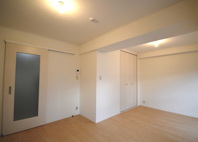 after:仕切りを撤去し壁天井を明るい色に。床はフロアタイルを採用。汚れや傷が付きにくく、一枚ごとに張替ができるので、フローリングより気を遣わずに使用できます。