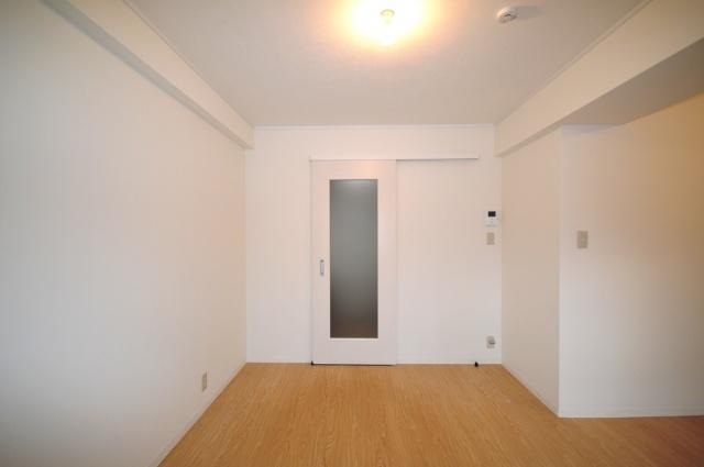after:キッチンには直接日が入らないため、ガラスが入った扉を採用。この扉はオーナー様のこだわりで玄関からの印象も明るくなります。