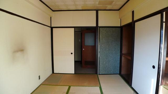 before:キッチンから部屋への入り口も襖で仕切られており暗い印象でした。