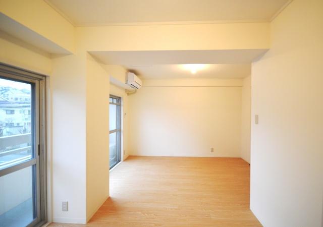 after:仕切りを撤去して1室の広い空間にリフォーム。住まい方を限定しないフリースタイルに。どうしても必要な扉以外は作らないことでコストも削減。
