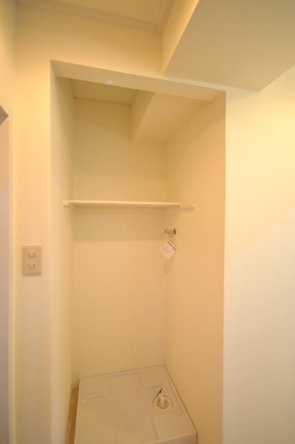 before:この洗濯機置場、実は部屋側の押入れを塞ぎ、反対側の洗面から使えるようリフォーム。狭い洗面スペースにゆとりができました。