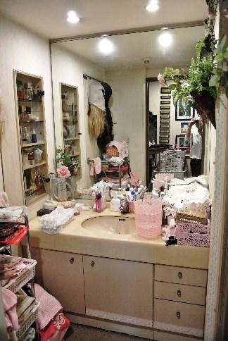 Before:リフォーム前の洗面所はこちらも物が収まらない状態・・・