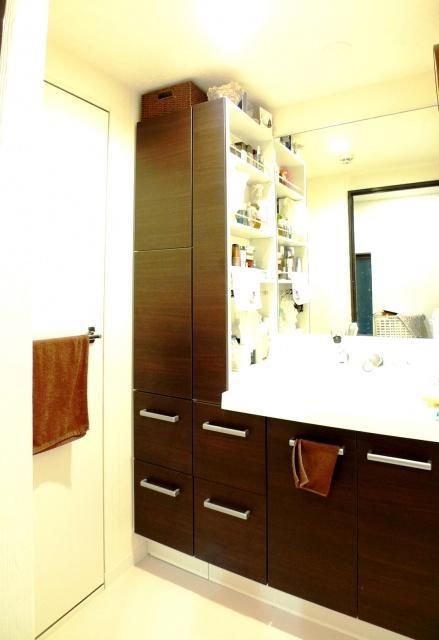 After:新しい洗面にはLIXILのピアラを採用しました。左側にはトール収納を設け、サイドにも収納がある便利なタイプ。