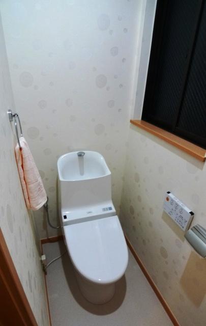 after:お子様でも使いやすい手洗い付きトイレTOTOのGG800をご提案。気になる臭いも改善すべく、水回りのクロスには消臭壁紙を採用しました。