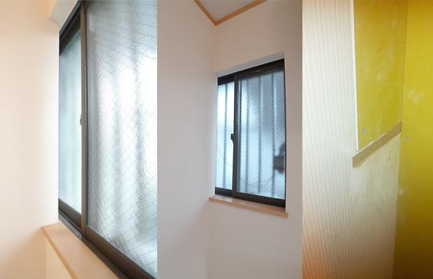 after:外壁や窓を傷めずに済むよう考えたのが大きなポイント。トイレ側に少しかかる部分は枠をカットしてクロスを巻き込んでいます。