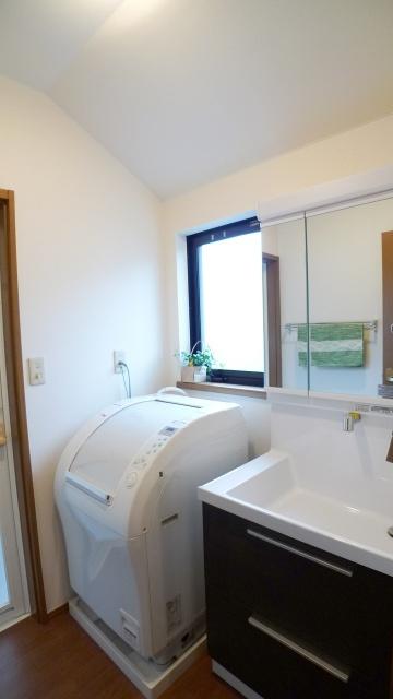after:洗面はTOTOのオクターブ。引き出しタイプですっきりなのに抜群の収納力。洗面空間を少しでも広く感じられるよう上部収納は撤去。