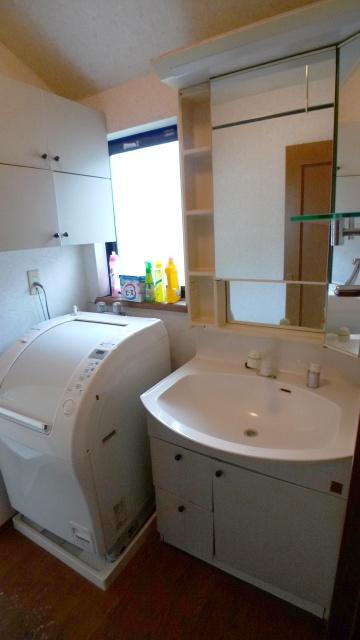 before:既存の洗面は収納内部が水漏れで浸水。中にはものが入れられず、壁付けの収納にすべて納めている状態でした。