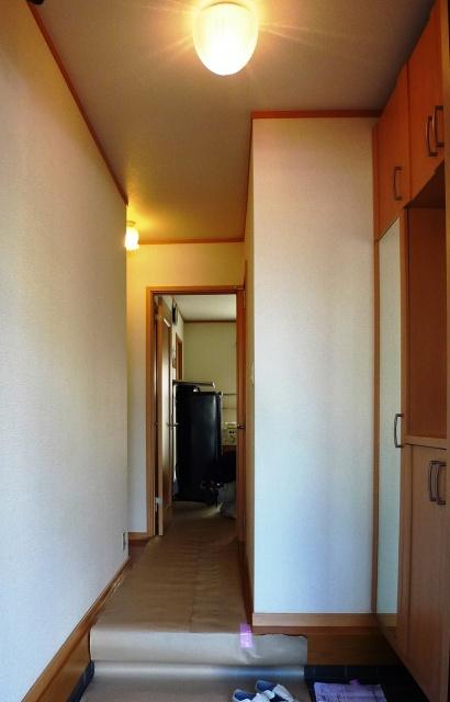 before:以前は玄関を上がるとすぐに狭い廊下のため靴の脱ぎ履きをするスペースがありませんでした。