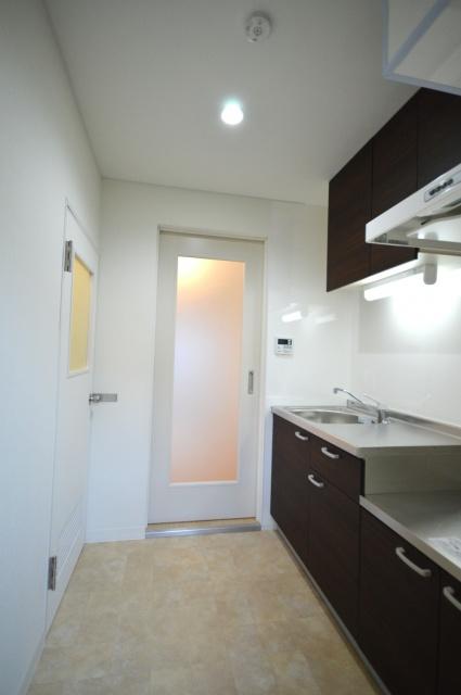 after:玄関入ってすぐのキッチン。部屋からの光が入り明るい印象に。