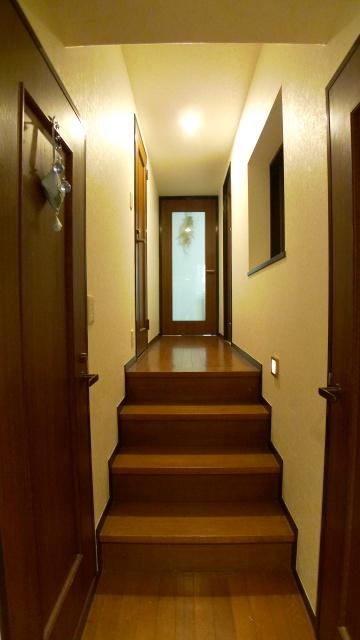 After:おもてなし空間までの廊下も一緒にリフォーム。枠のダークチョコの塗装と壁天井クロス、照明を入れ替えることで印象が変わります。