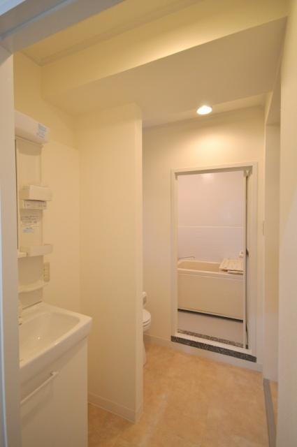 after:トイレ前に小壁をつけることで、落ち着いた洗面空間に。突っ張り棒でカーテンも取付可能です。浴室は既存タイルの上から防水シートを貼るだけでキレイに蘇りました。