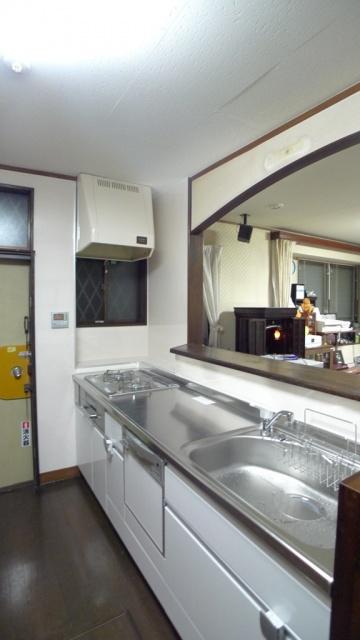 after:ステンレスワークトップのシステムキッチンとパネル張りのキッチン