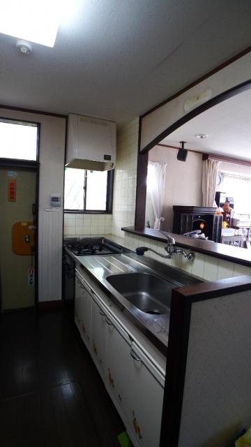 before:セクショナルキッチンとタイル張りのキッチン