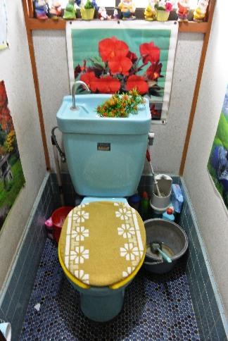 before:既存のトイレには、昔ながらの小便器もありました。一緒に撤去してすっきり広々としたトイレが実現しました。