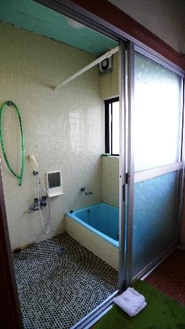 before:もともとはタイル貼りの在来浴室で「寒さにはもう慣れてしまいました」と仰っていましたが、老朽化による土台の腐食の心配がありました。また「せっかくリフォームするならもう少し広くしたい」というご要望から、構造に影響がないよう場所を移動して0.75坪サイズから1坪サイズの浴室にリフォームしました。