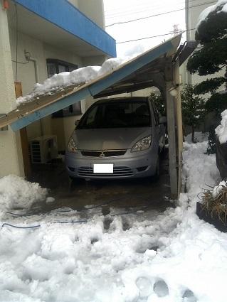 ご覧のとおり雪の重みで屋根が傾き車の天井まであと僅か数cmという状態でした。